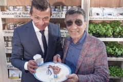 Nicola Della Grana, titolare dell'omonimo marchio, presenta i nuovi prodotti  naturali al sig. Vilardo