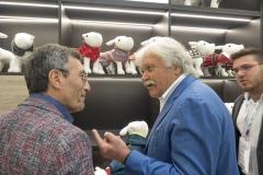 Il sig. Alberto Avonto, proprietario di Ferribiella, mostra le nuove collezioni al sig. Giuseppe Vilardo.